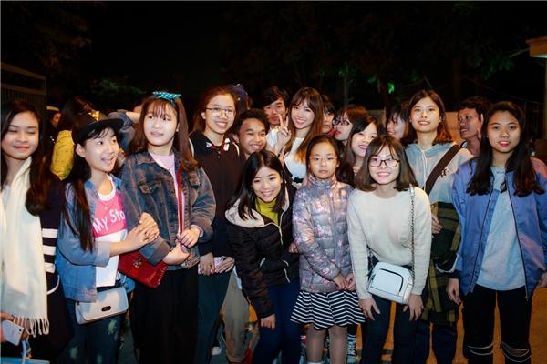 Các fan của Hari ở Hà Nội đã tranh thủ có mặt để cổ vũ cho thần tượng. Sau khi diễn xong, nhiều người hâm mộcòn nán lại để chụp hình chung và dành nhiều lời hỏi thăm, khen ngợi đến cô. - Tin sao Viet - Tin tuc sao Viet - Scandal sao Viet - Tin tuc cua Sao - Tin cua Sao