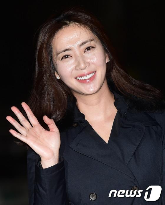 """""""Mẹ kế"""" Song Yoon Ah ngoài đời còn trẻ trung hơn trong phim rất nhiều. Thật khó tin năm nay nữ diễn viên đã bước sang tuổi 43."""