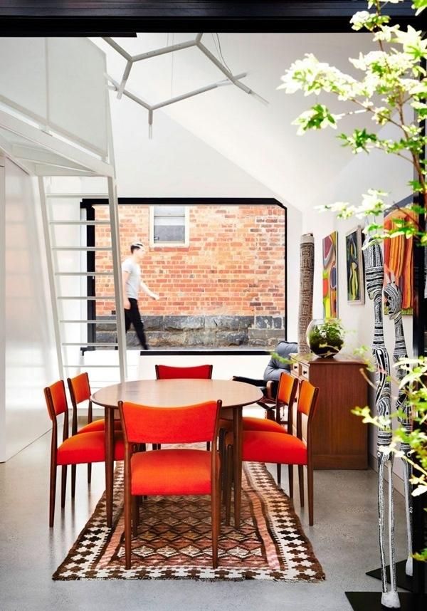 Màu cam được chọn làm gam màu nhấn, đi cùng với những họa tiết tinh tế để kết nối hài hòa trở thành điểm nhấn vô cùng đáng yêu và trẻ trung.