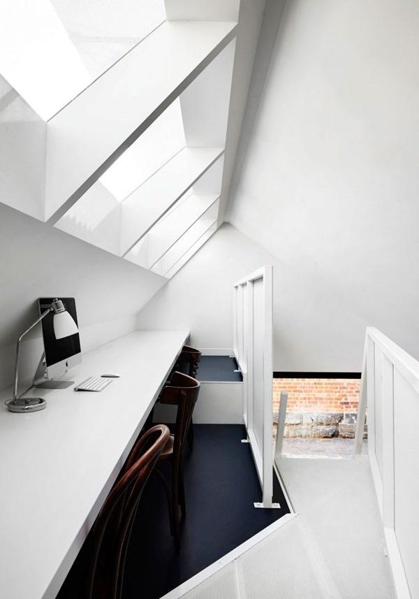 Toàn bộ hệ thống bàn được gắn cố định lên tường, chỉ thêm vài chiếc ghế để góc làm việc nhỏ nhưng vô cùng tiện lợi và yên tĩnh, tạo sự tập trung cao độ cho khi làm việc ở không gian nhỏ.