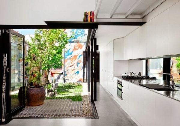 Màu sắc trắng của toàn bộ bếp mang lại vẻ đẹp sạch sẽ, sự thoáng sáng và nét hiện đại cho góc chức năng này.