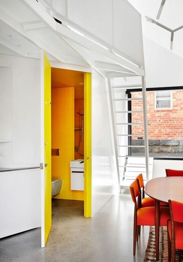 Phòng tắm bên cạnh nơi ăn uống, được bố trí ở góc hẹp của ngôi nhà nhưng với cách sơn màu sắc bắt mắt đã tạo nên vẻ đẹp vô cùng đặc biệt cho không gian.