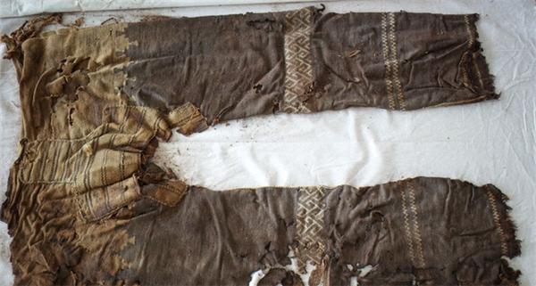 """Chiếc quần đã được thiết kế với ba mảnh vải riêng biệt, phần """"chân và háng"""" được khâu lại một cách hợp lí."""