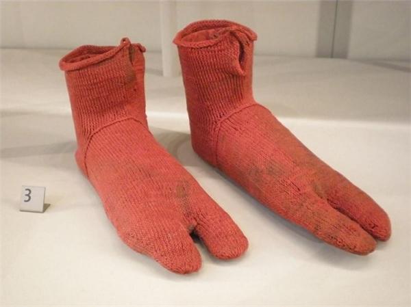 Chiếc tất này được tạo nên bởi kiểuđan đơn kim, và dường như họ bắt đầu đan từ các ngón chân rồi sau đó kết thúc ở mắt cá.