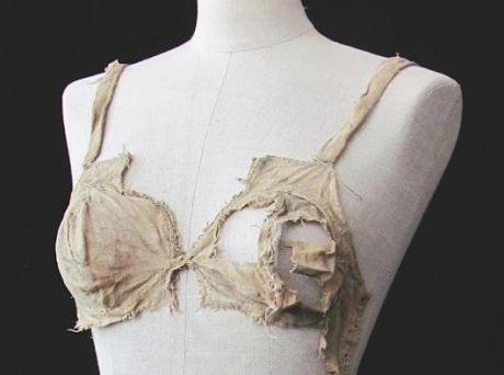 """Đây là hình ảnhchiếc áo ngực cổ nhất được giữ lại tới ngày nay. Vàtrong các ghi chép, nó chỉ được gọi với cái tên """"túi ngực"""".Chiếc áo ngực này được dùng bởi một phụ nữ Áo trong khoảng thời gian từ năm 1390 đến 1485."""