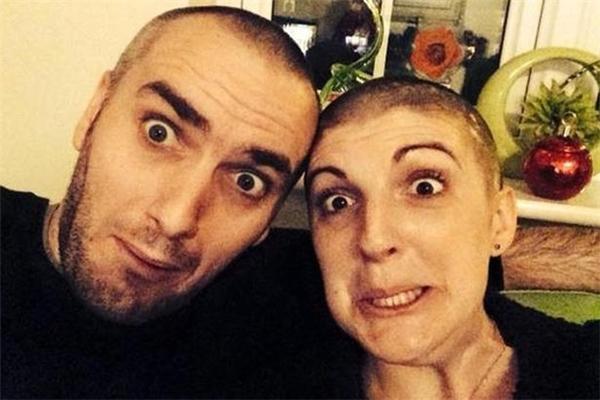 """Stephen đã cạo đầu để động viên Dawn cùng cố gắng vượt qua bệnh tật.  """"Sau đợt hóa trị đầu tiên, tóc của tôi rụng dần. Con gái lớn Madeleineđã giúp tôi cạo trọc. Tới nă"""