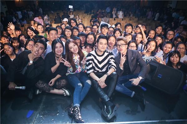 Chi Pu cùng dàn diễn viên trong phim cùng chụp ảnh với người hâm mộ. - Tin sao Viet - Tin tuc sao Viet - Scandal sao Viet - Tin tuc cua Sao - Tin cua Sao