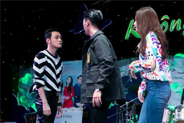 Quang Vinh và Công Văn Dương diễn lại một cảnh trong phim khi hai người dằn co giành Chi Pu. - Tin sao Viet - Tin tuc sao Viet - Scandal sao Viet - Tin tuc cua Sao - Tin cua Sao