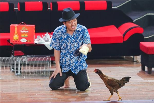 """Trường Giang đã xuất hiện trên sân khấu với hai chú gà sống đầy bạo dạn. Có thể nói, """"hai diễn viên"""" gà này đã giúp cho tiểu phẩm ấn tượng hơn rất nhiều. - Tin sao Viet - Tin tuc sao Viet - Scandal sao Viet - Tin tuc cua Sao - Tin cua Sao"""