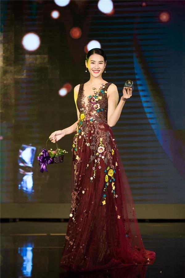 Lệ Quyên, Thụy Vân, Hồng Nhung đọ dáng với váy ôm sát