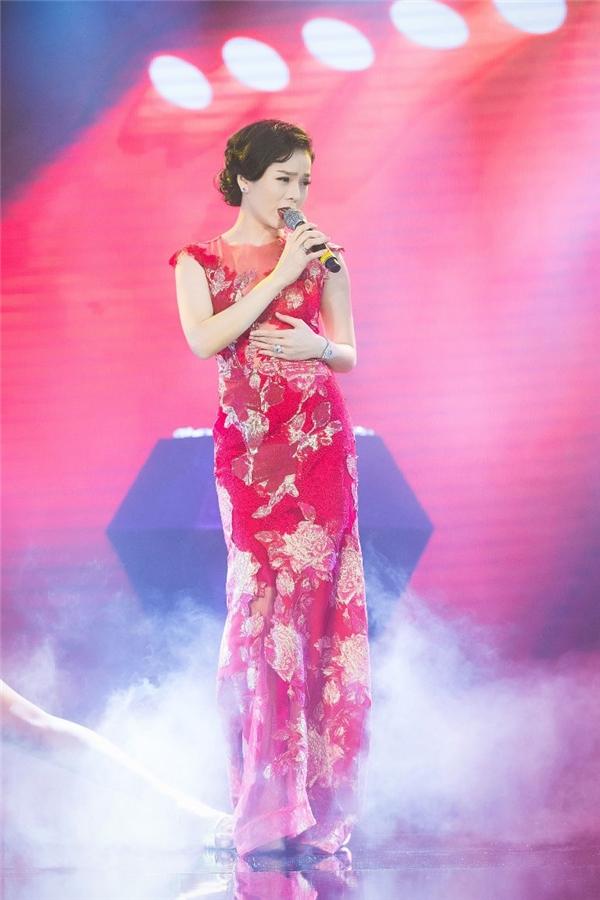 Lệ Quyên, Hồng Nhung trình diễn trong chương trình.