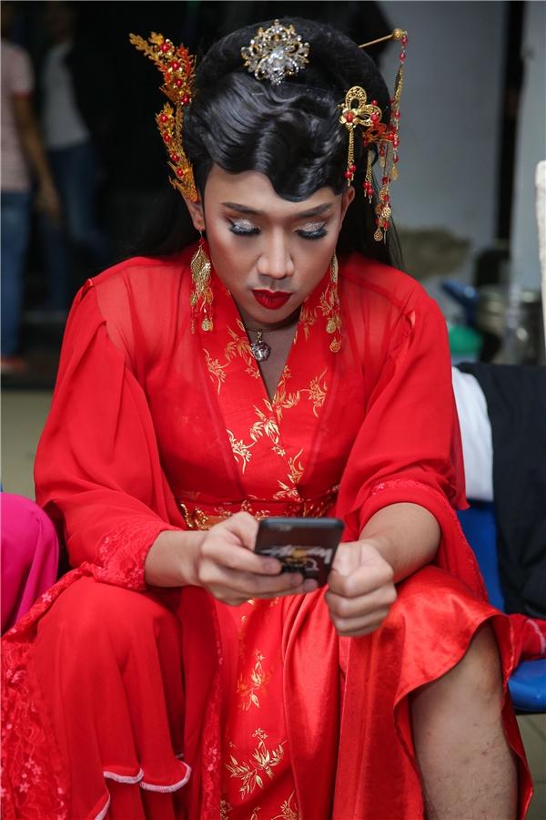 Trấn Thành hóa trang thành nữ nhi,đăm chiêu bên chiếc điện thoại. - Tin sao Viet - Tin tuc sao Viet - Scandal sao Viet - Tin tuc cua Sao - Tin cua Sao