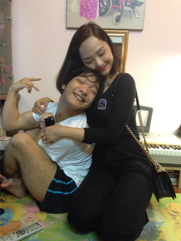 Nhạc sĩ bại não đánh đàn bằng chân khiến sao Việt mến mộ