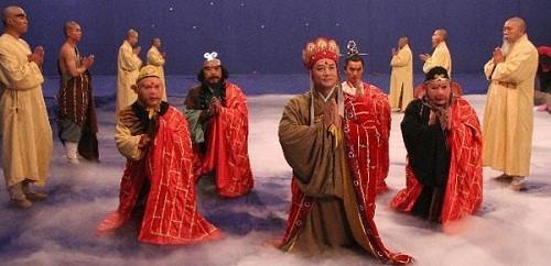 Cảnh bốn thầy trò bái Phật tổ với tấm phông nền xanh kỹ xảo đơn giản lúc bấy giờ.