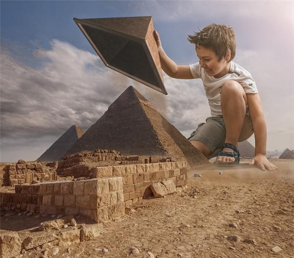 """Với tài năng photoshop """"thần thánh"""", Adrian đã tạo nên những tác phẩm kì diệu, ghi lại hành trình, những chuyến phiêu lưu thú vị của 2 bố con."""