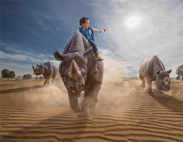 Adrian thường xuyên tổ chức các buổi hội thảo, nói chuyện về nhiếp ảnh tại nhiều nước khác nhau trên thế giới.