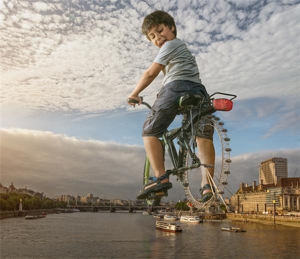 Nhờ khả năng sáng tạo trên cả tuyệt vời, Adrian đã biến những bức ảnh đời thường của con trai thành chuyến phiêu lưu kì thú của 2 bố con.