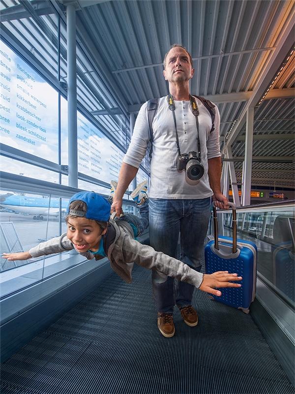 """Bộ ảnh """"đưa nhau đi khắp thế gian"""" bằng... photoshop của hai cha conđã """"gây sốt"""" trên mạng và nhận được vô số phản hồi tích cực."""
