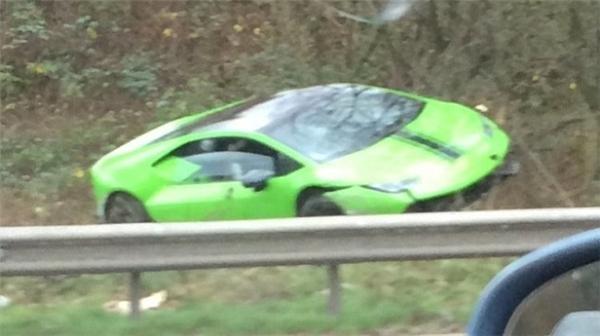 Lamborghini Huracan nằm ở lề đường sau khi gặp nạn ở tốc độ 241 km/h. (Ảnh: internet)