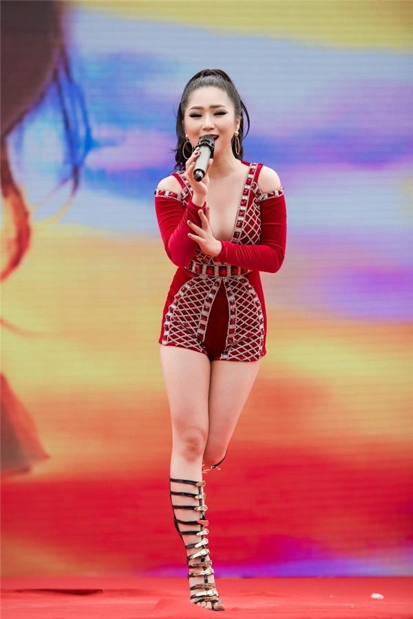 Với cô đây là những bước tiến đánh dấu sự trưởng thành từ ngoại hìnhđến phong cách thời trangvà cả trong âm nhạc. - Tin sao Viet - Tin tuc sao Viet - Scandal sao Viet - Tin tuc cua Sao - Tin cua Sao