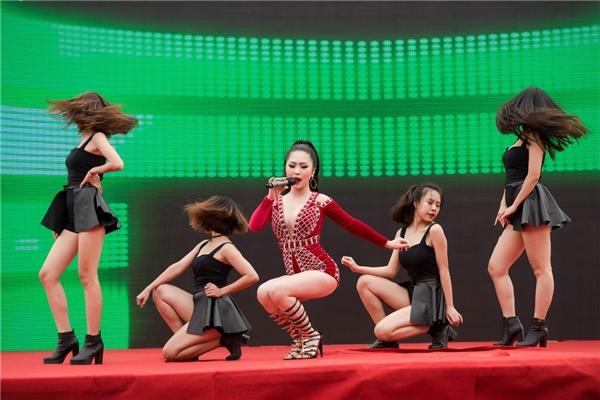 Hương Tràm được biết đến là một trong những ca sĩ thu hút từ giọng hát nội lực đến những màn vũ đạo chuyên nghiệp, sexy. - Tin sao Viet - Tin tuc sao Viet - Scandal sao Viet - Tin tuc cua Sao - Tin cua Sao