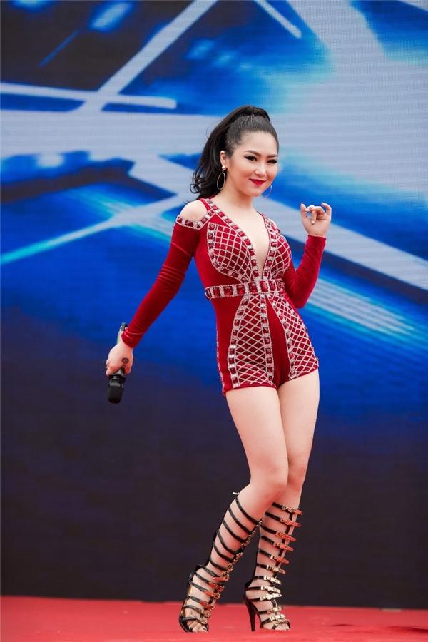 Với giọng hát nội lực, nhiều cảm xúc cùng hình ảnh và phong cách riêng biệt đãgiúp cô khẳng định vị thế riêng của mình tại thị trường âm nhạc cũng như trong showbiz Việt. - Tin sao Viet - Tin tuc sao Viet - Scandal sao Viet - Tin tuc cua Sao - Tin cua Sao
