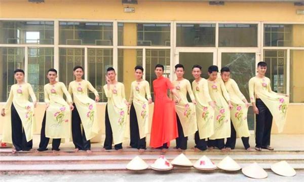11 bạn namtự tin thực hiện những điệu múa trên nền bài hát Việt Nam quê hương tôi