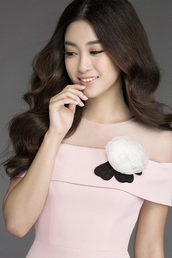Sắc hồng ngọt ngào cùng kiểu váy ôm sát vô cùng phù hợp với vóc dáng thanh mảnh của Đỗ Mỹ Linh.Bộ ảnh đánh dấu sự lột xác của Hoa hậu Mỹ Linh sau khi đăng quang, cũng cho thấy một bước đi mới của Đỗ Long trong sự nghiệp thiết kế.