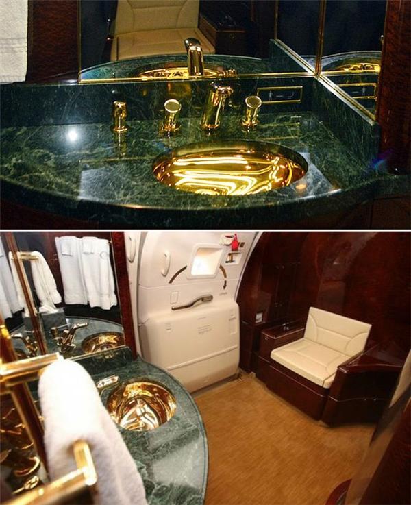 Bạn có thể không tin, nhưng sự thật là khóa dây bảo hiểm, viền bàn ăn,… thậm chí là vòi nước nhà vệ sinh trên máy bay đều được chạm trổ, mạ vàng 24K.(Ảnh: Internet)