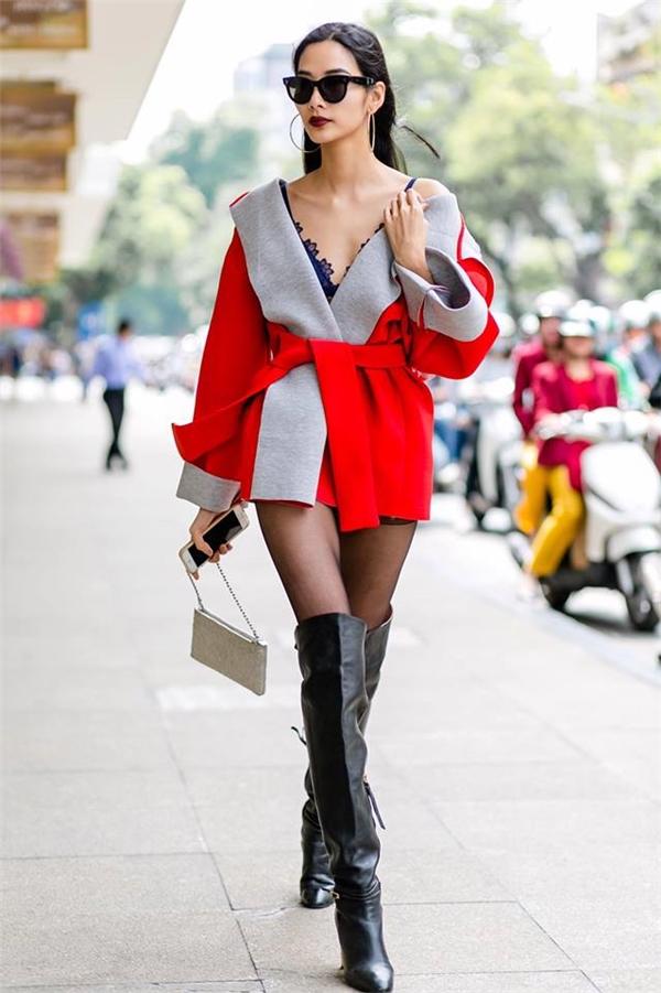 Tại Tuần lễ Thời trang Quốc tế Việt Nam Thu - Đông 2016, phong cách đường phố của Hoàng Thùy luôn được xếp bậc nhất bởi sự hiện đại, tinh tế và bắt kịp những xu hướng mới. Nữ người mẫu liên tục lăng xê trào lưu bratop kết hợp áo lông hay áo khoác dày đặc trưng của mùa lạnh.
