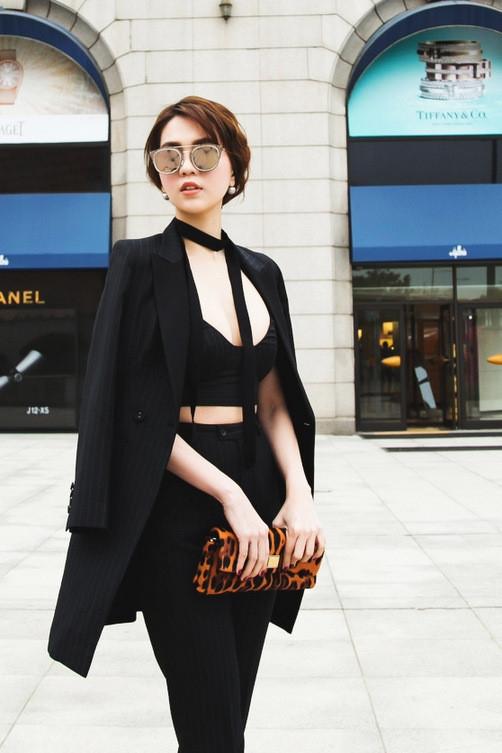 Ngọc Trinh cuốn hút với cả cây đen trên đường phố. Vòng một nảy nở, thân người cân đối giúp nữ người mẫu luôn tự tin diện những trang phục gợi cảm.