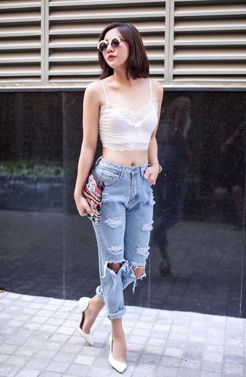 Gu thời trang đường phố của Văn Mai Hương được nâng tầm với chiếc áo bra màu trắng trên nền chất liệu ren mềm mại.