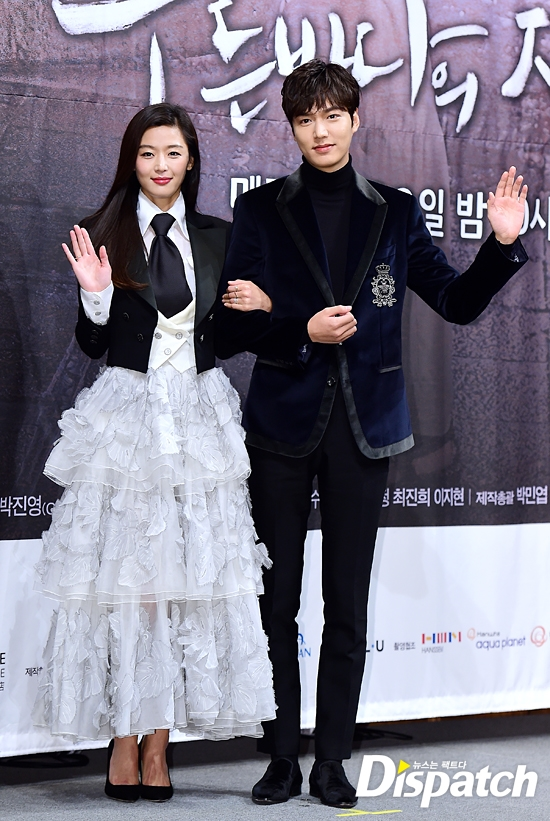 """Dù chênh nhau tận 6 tuổi nhưng Lee Min Ho và Jun Ji Hyun vẫn trông rất đẹp đôi. Khán giả hoàn toàn có thể tin tưởng vào sự bùng nổ """"phản ứng hóa học"""" của cả hai trong thời gian tới."""
