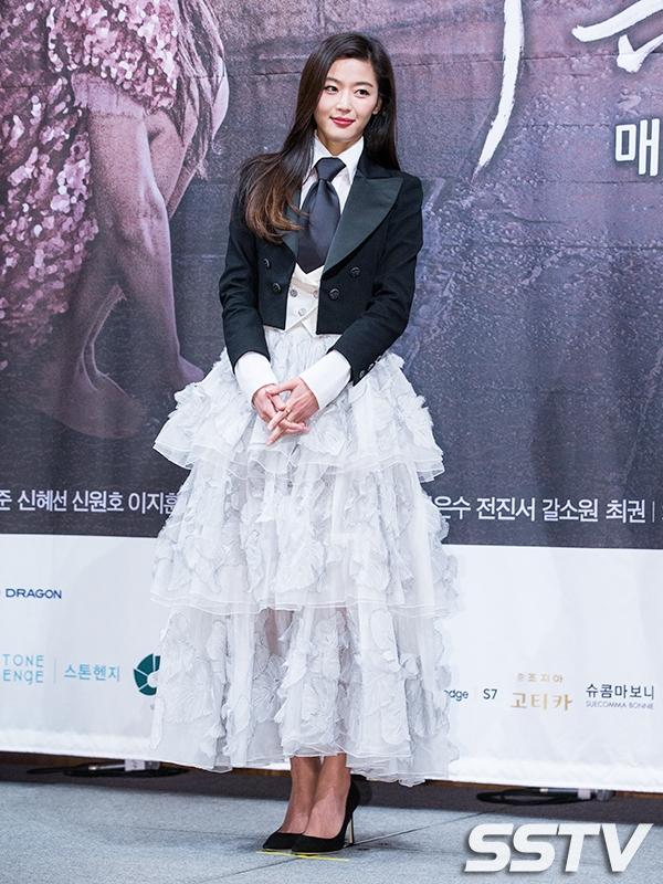Lee Min Ho và Jun Ji Hyun lộng lẫy tay trong tay ra mắt siêu phẩm mới
