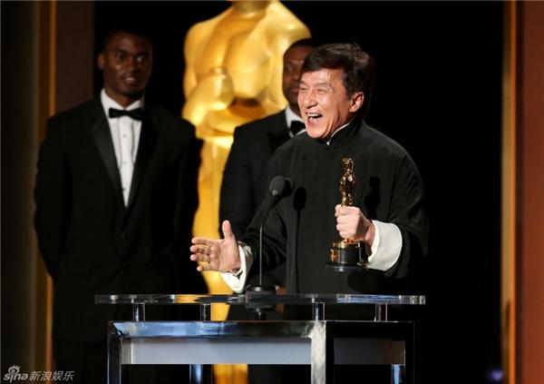 Ngôi sao Thành Long vui mừng phát biểu khinhận giải thưởng.
