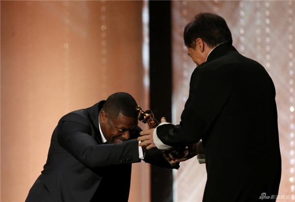 Chris Tucker, bạn diễn của Thành Long trong phim Rush Hourtrao giải thưởng cho bạn diễn của mình.