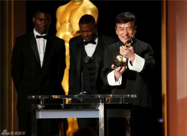 Nam diễn viên 62 tuổi không giấu được niềm vui sướng của mìnhkhinhận giải thưởng.
