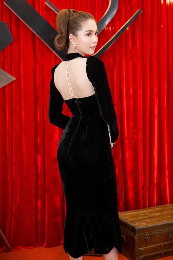 """Ngọc Trinh """"cân"""" cả dàn sao trên thảm đỏ với vẻ ngoài rạng rỡ, thu hút. Cô diện bộ váy bó khoe đường cong trên nền chất liệu nhung mềm mại xu hướng đang lên ngôi trong mùa mốt Thu - Đông 2016. Điểm nhấn được tạo nên bằng những chi tiết đính kết kì công, tỉ mỉ tựa như một bức tranh."""