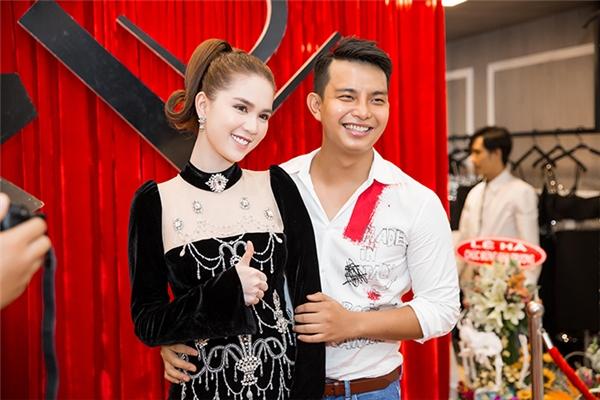 Ngọc Trinh chia sẻ niềm vui cùng nhà thiết kế Đỗ Long. Đây cũng chính là người thường chuẩn bị trang phục, đồng hành cùng nữ người mẫu khi tham gia các sự kiện trong và ngoài nước.