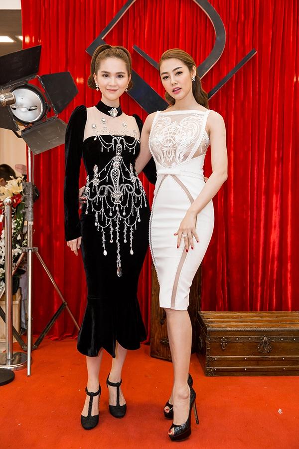 Linh Chi thân thiết với Ngọc Trinh trong đêm tiệc.