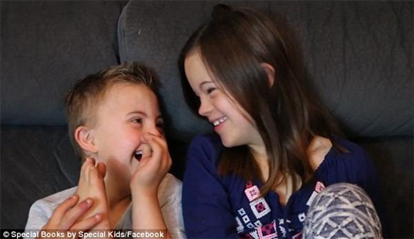 Xúc động với tình bạn mới chớm của hai em bé mắc bệnh down