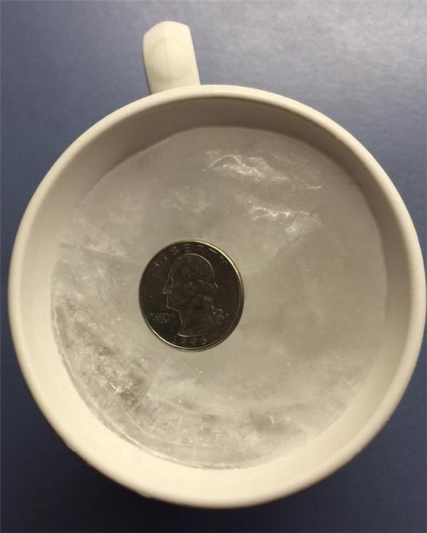 Điều bạn cần làm là đặtđồng xu lên trên cốc nước đá đã đông lại.