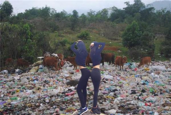 Thiên thần bãi rác cùng đàn bò.(Ảnh: Internet)
