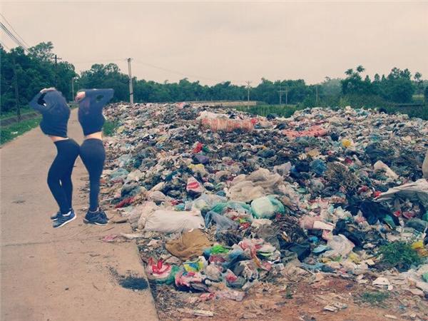 Thương hai cô gái ấy, yêu cầu núi biển thì cho ngay người ta cái bãi rác.(Ảnh: Internet)