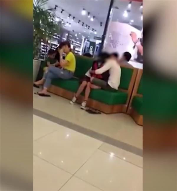 Sốc cảnh nữ sinh mặc đồng phục thản nhiên ôm hôn bạn trai giữa TTTM