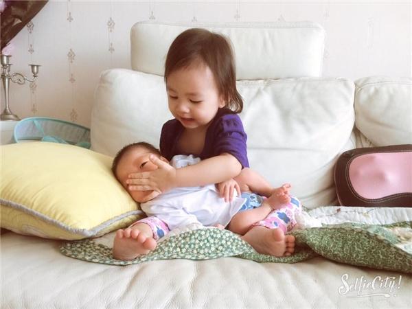 Tròn 1 tháng tuổi, nhóc tì của Dương Cẩm Lynh khá cứng cáp, ngoan ngoãn. - Tin sao Viet - Tin tuc sao Viet - Scandal sao Viet - Tin tuc cua Sao - Tin cua Sao