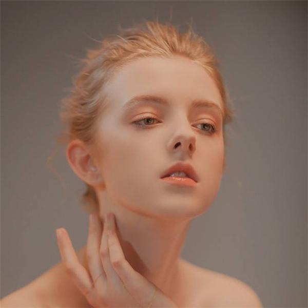 Vẻ đẹp thoát tục của cô gái 17 tuổi khiến mọi người không thể rời mắt.
