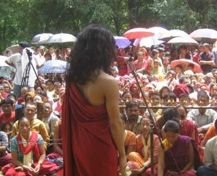 Ram Bahadur Bomjongiảng đạo trước sự theo dõi của rất nhiều người.