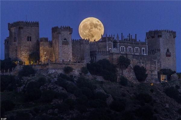 Mặt trăng ở Madrid, Tây Ban Nha to hơn và sáng hơn so với trăng rằm bình thường. (Ảnh: AP)