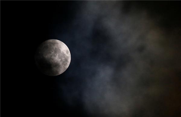 Trăng rằm trên bầu trời thủ đô Vienna của Áo. Sau ngày 14/11, siêu trăng thứ 3 trong năm nay sẽ xuất hiện vào ngày 14/12 nhưng không to và sáng bằng. (Ảnh: Reuters)